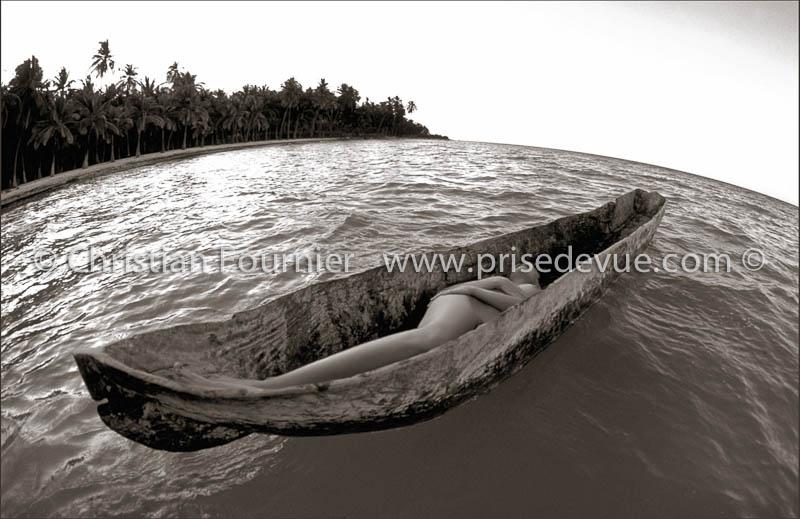 photo femme nue allongee sur le ventre